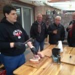 Sascha bereitet die Dry Aged Stauferico Koteletts vor